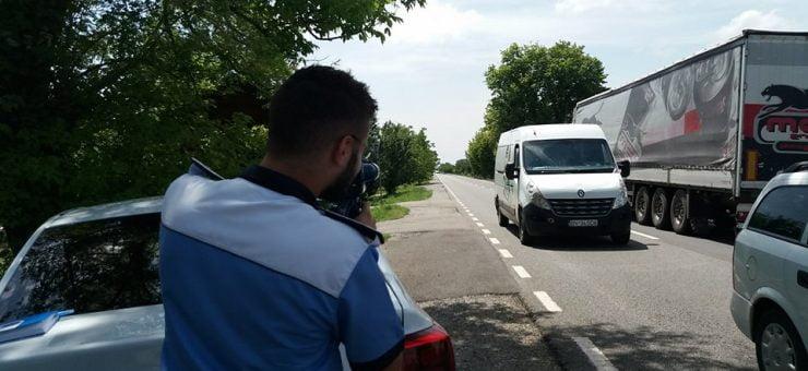 S-au umplut șoselele de vitezomani! Șoferi prinși și cu 160 km/h de polițiștii rutieri