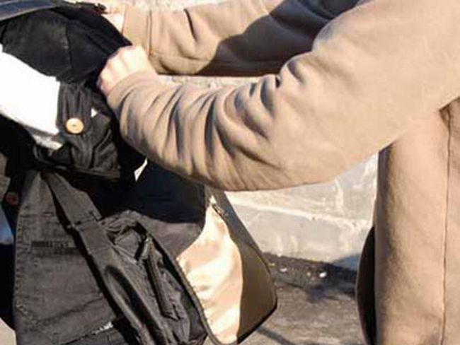 O clipă de neatenția a lăsat-o pe femeie fără geanta cu bunuri de 2500 lei. Hoțul a fost prins repede