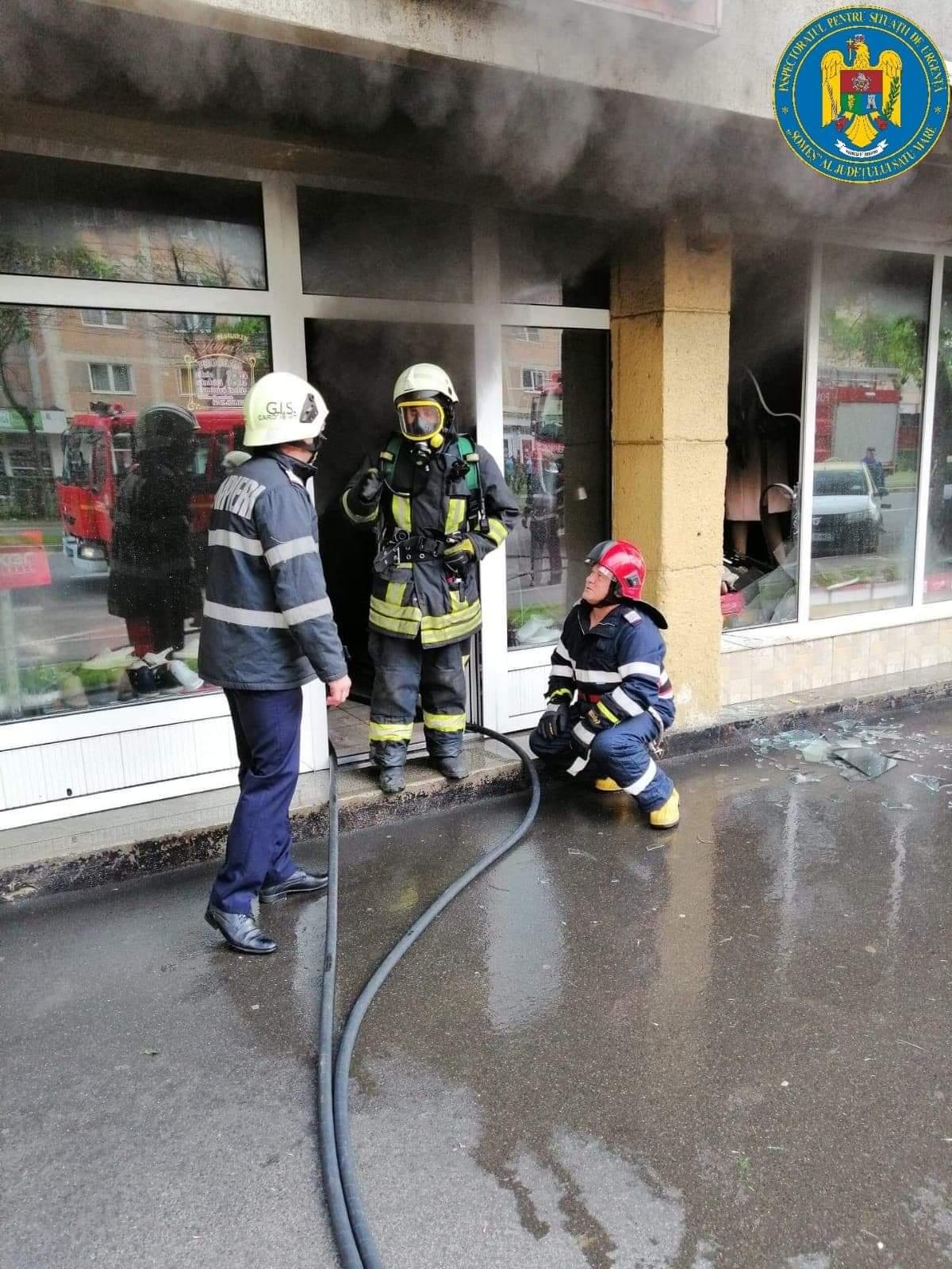 Trei magazine de pe strada Careiului au ars în aceasta dimineață