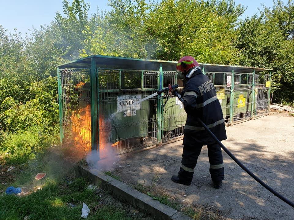 Un incendiu la un tomberon din Solidarității a pus în pericol mașinile și blocurile din jur – noroc cu pompierii prompți