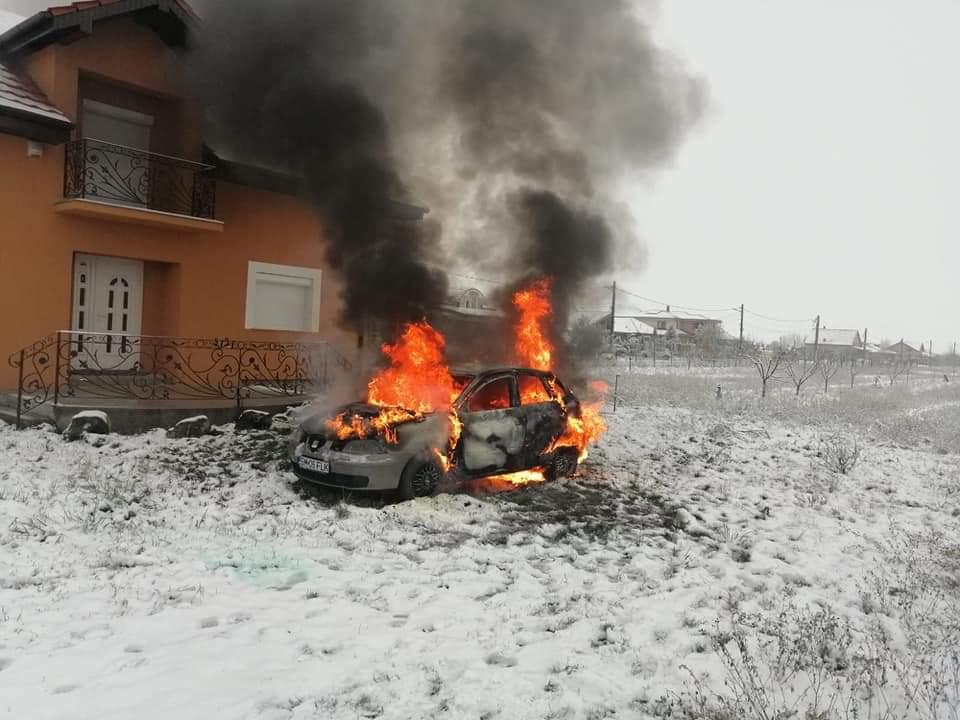 O mașină s-a făcut scrum în fata unei case din Lazuri. Pompierii nu au mai putut să o salveze