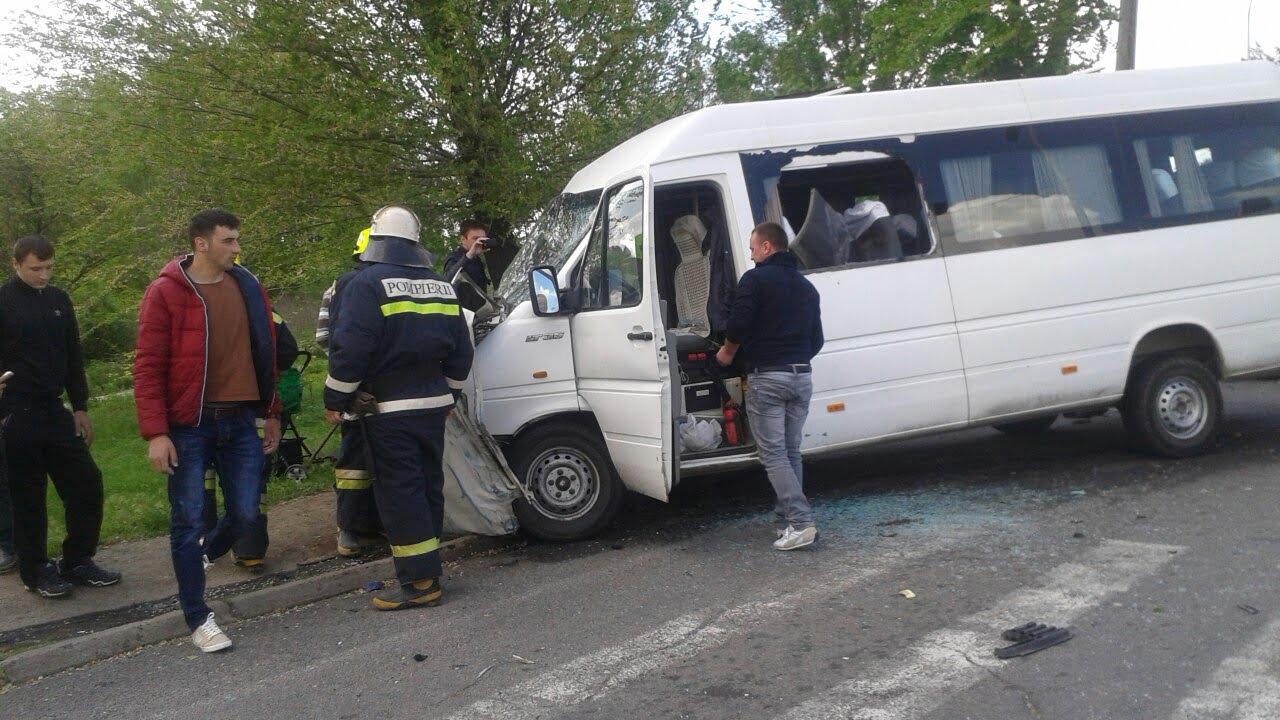 Accident la ieșirea din oraș spre Petea – un microbuz de transport persoane este implicat