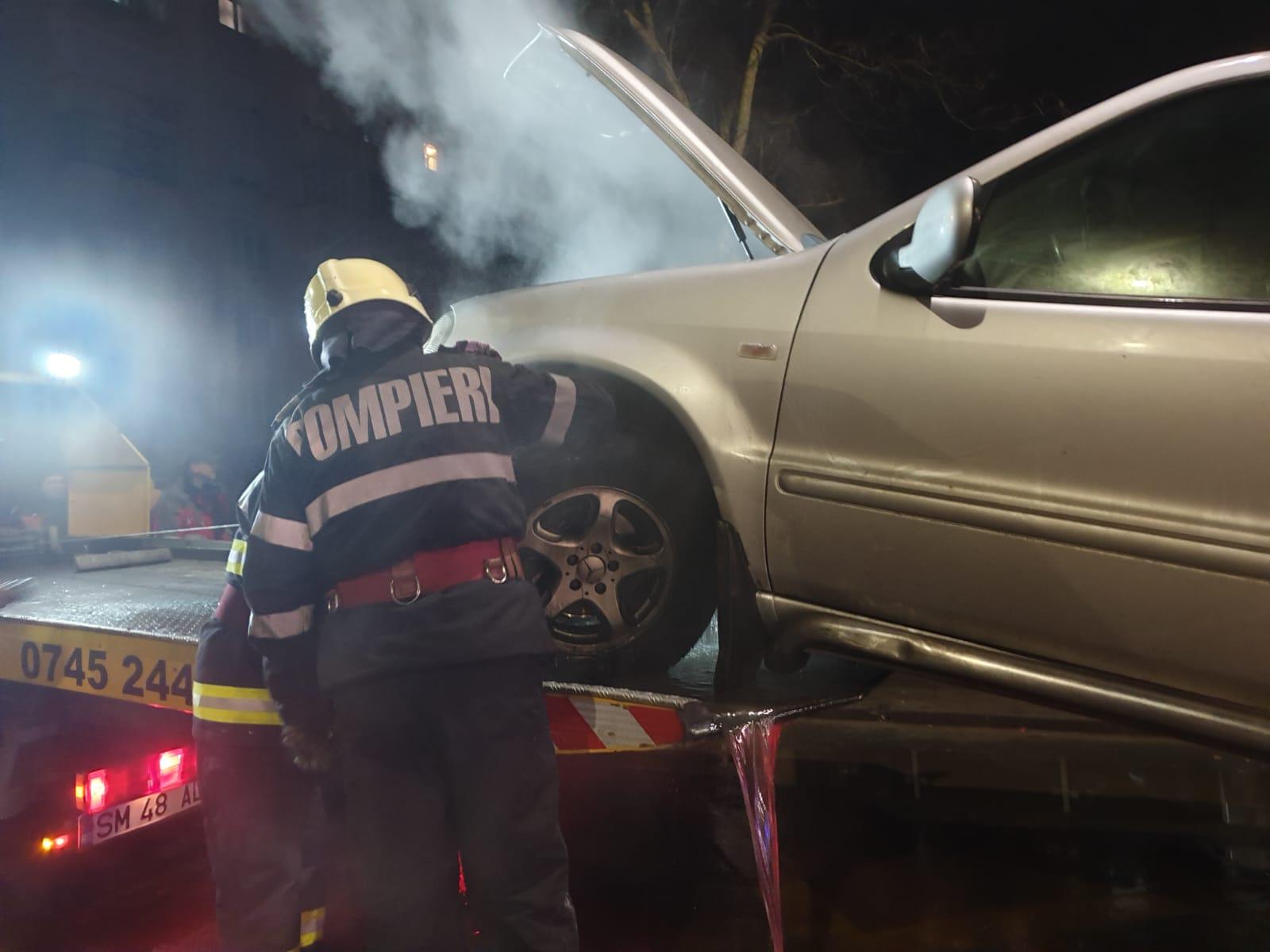 O mașină a luat foc pe drumul Careiului în timp ce era staționata în stația de autobuz
