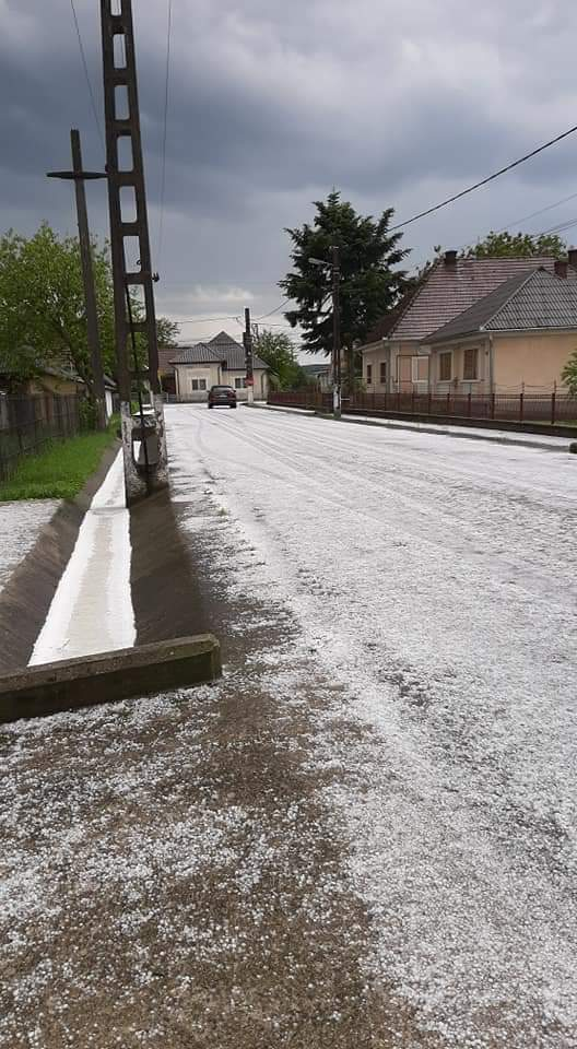 Incredibil! Străzi albe, pline de gheață, lângă Satu Mare