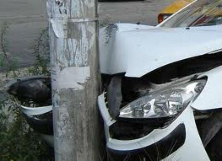 Un bărbat aflat în comă alcoolică a intrat cu mașina într-un stâlp de curent, în Iojib