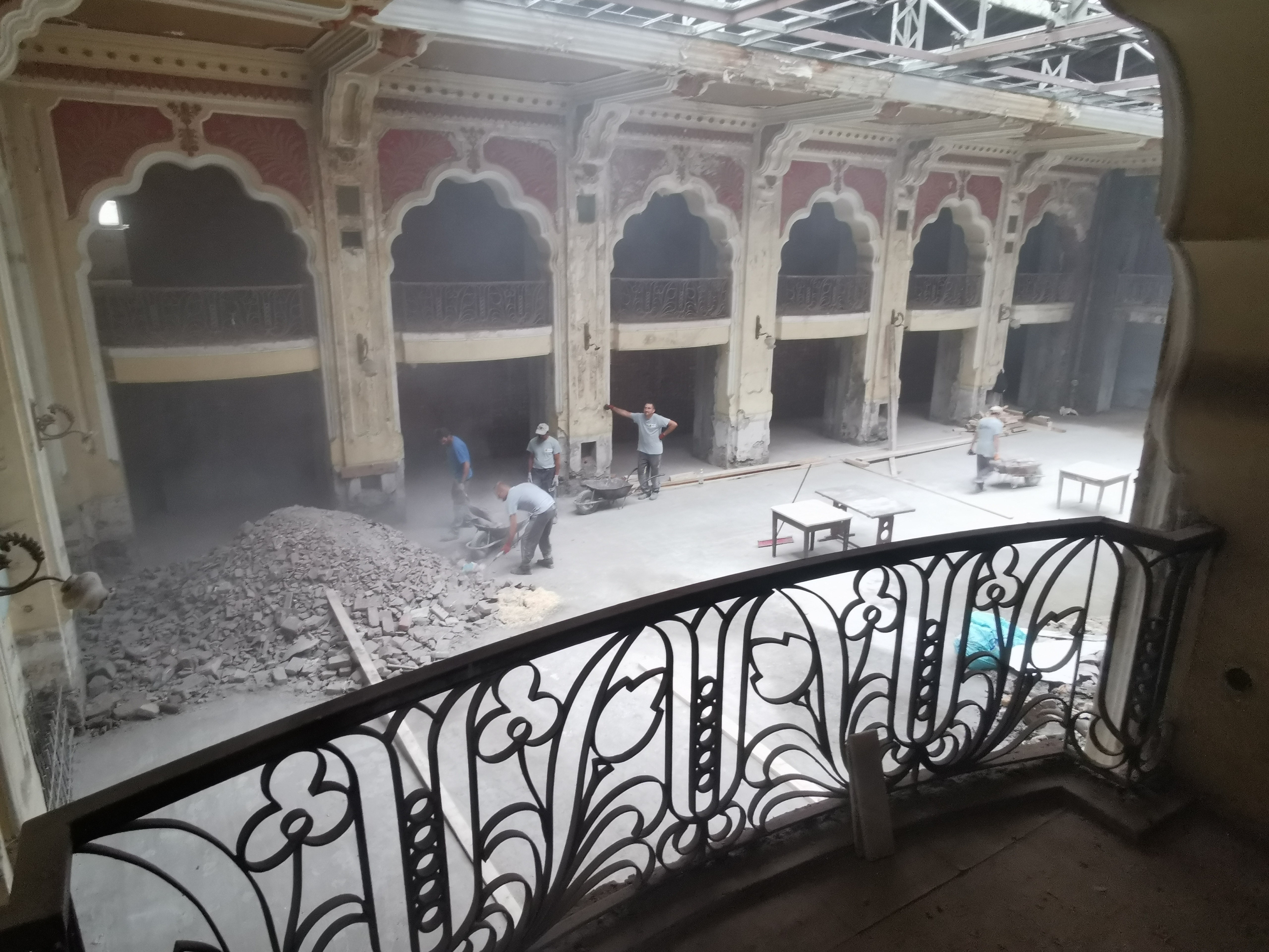 A început renovarea Hotelului Dacia. Imagini din interior