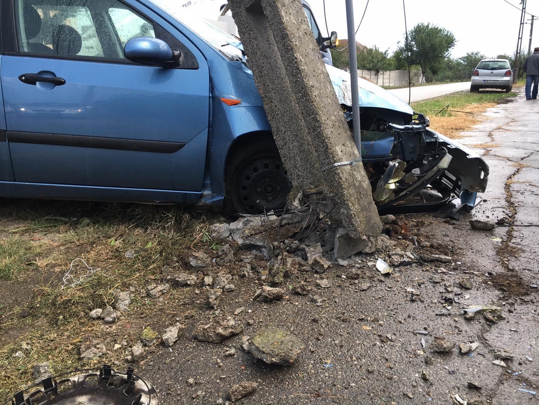 Un tânăr de 17 ani, fără permis, a rupt un stâlp de curent, în care a intrat cu mașina