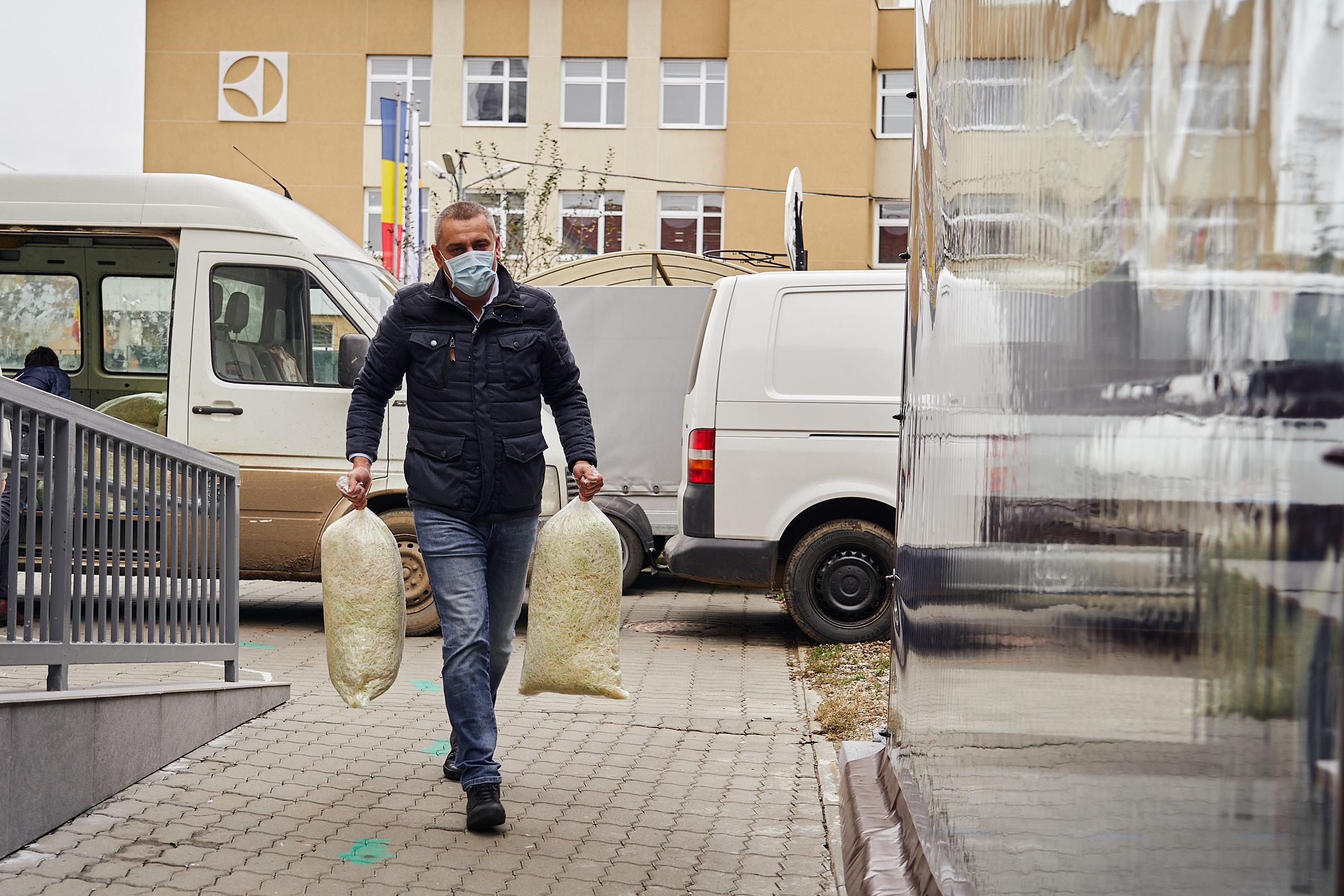 Producătorii sătmăreni coordonați de deputatul Magyar Lorand au donat legume nevoiașilor