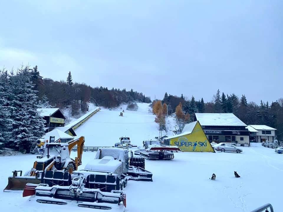 La vecinii din Maramures a nins ca în povesti. Cea mai apropiata pârtie de ski e pregătită de deschidere