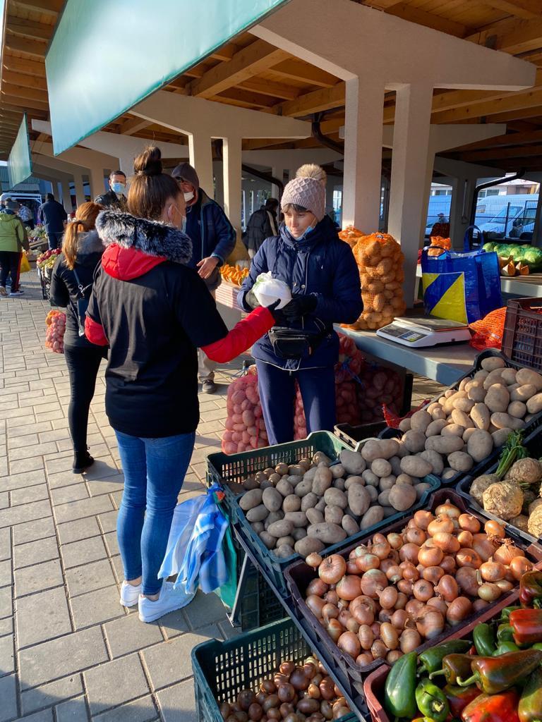Producătorii din piețe, surprinși cu sarmale calde de cei de la Restaurant Capricci