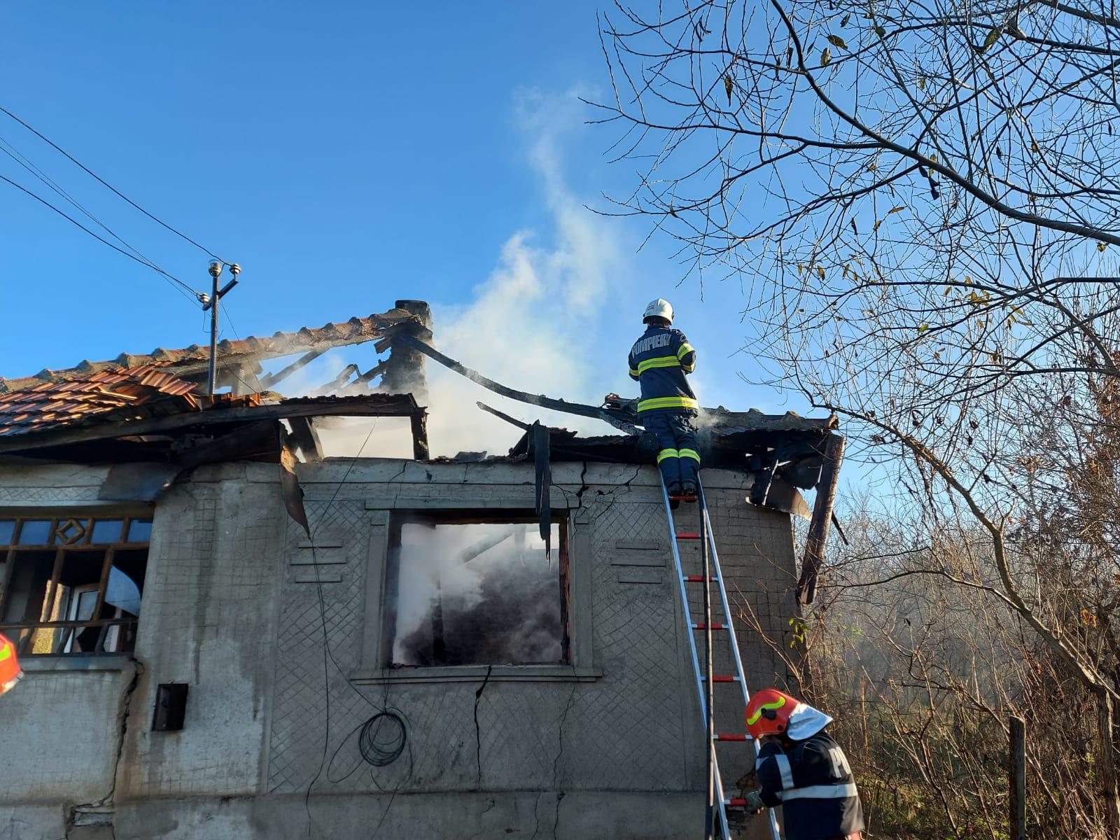 O casă din Medișa a rămas fără acoperiș, în prag de iarnă, în urma unui incendiu