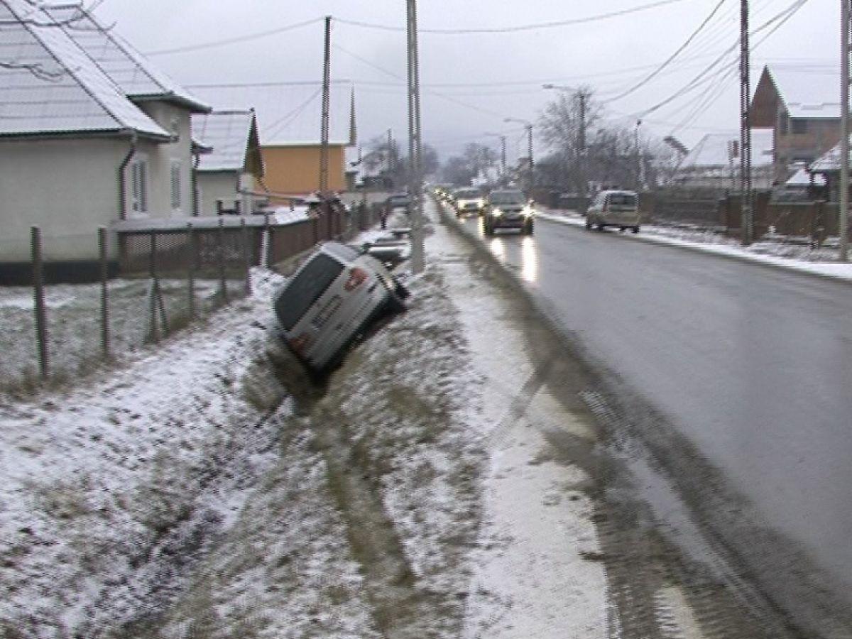 Un șofer a ajuns în șanț, din cauza vitezei, în apropiere de Carei