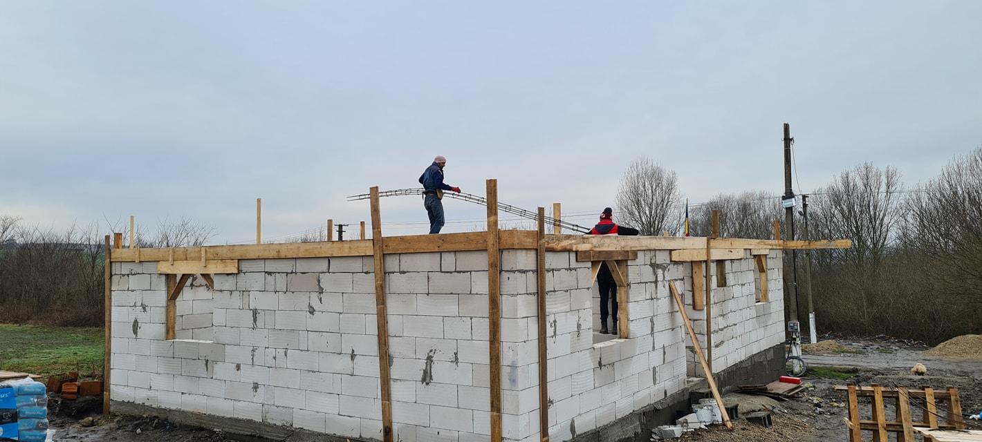 Voluntarii de la Sărătura au reluat munca pe șantierul casei lui Casian