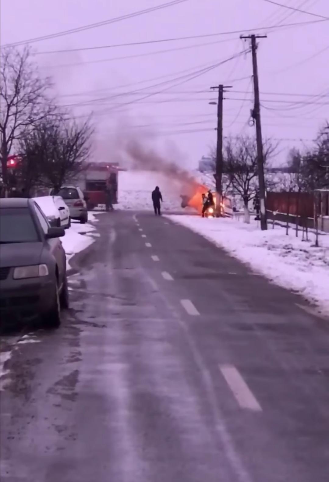 Masina în flăcări la Carei, după ce s-a izbit de un stâlp